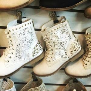 Ажурные ботинки с заклепками